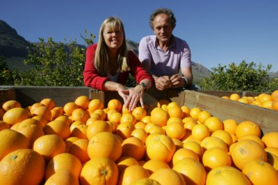 Jannie and Katrin with harvested organic oranges